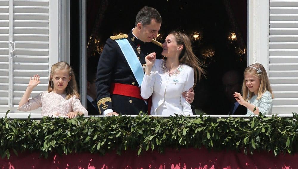 Los Reyes se besan en el balcón