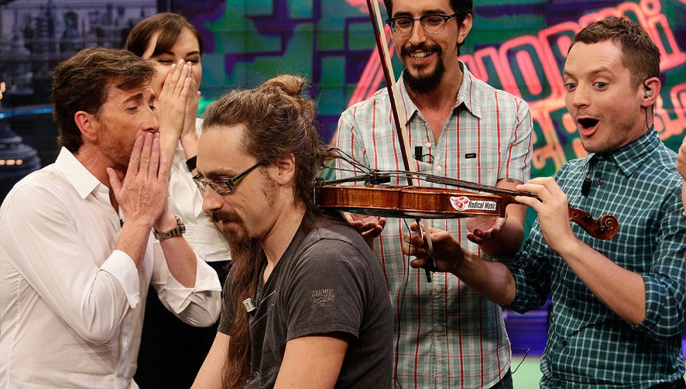 Elijah Wood toca el violín con pelo humano en El Hormiguero 3.0