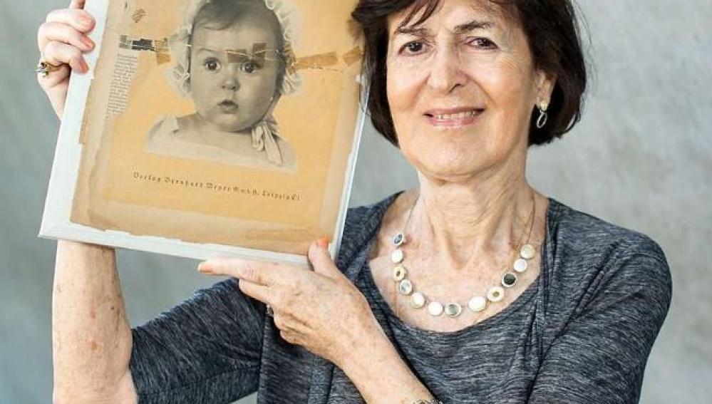 Hessy Taft muestra la portada de la revista con la foto de cuando era bebé