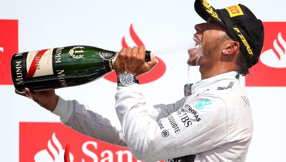 Hamilton disfruta del champán de la victoria