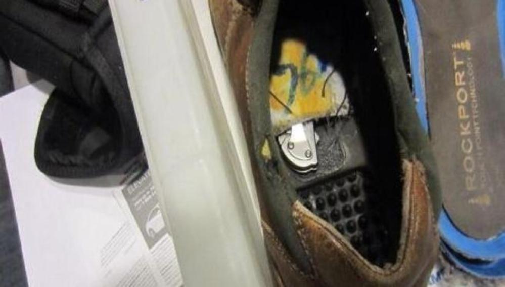 Cuchillo oculto en el zapato del detenido
