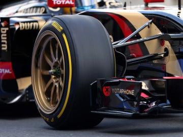 Detalle de los nuevos Pirelli de 18 pulgadas montados en el Lotus