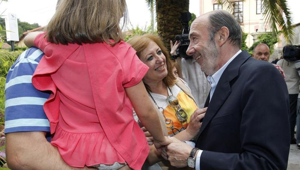 Alfredo Pérez Rubalcaba charla con algunos de sus familiares