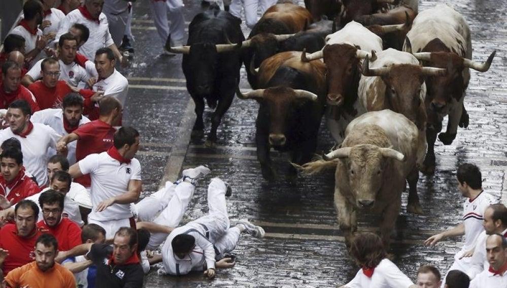 Algunos corredores pasan apuros los toros de la ganadería de Fuente Ymbro