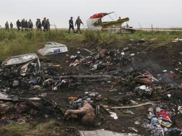 Vista de restos de fuselaje del avión Boeing 777 del vuelo MH17