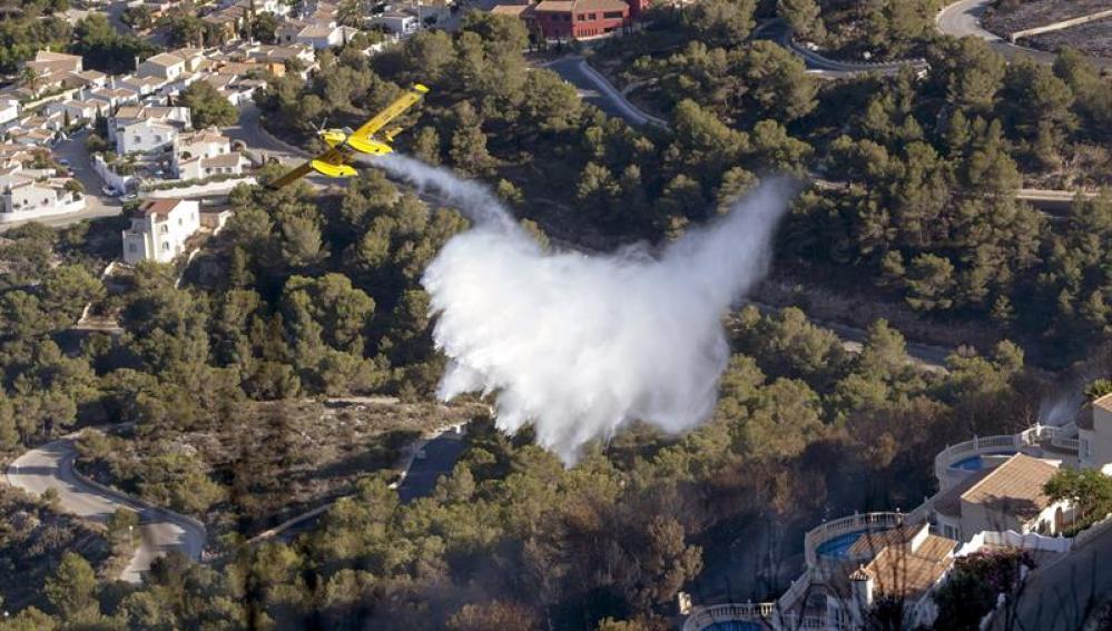 El incendio ha provocado el desalojo de viviendas en Benitatxell, Alicante