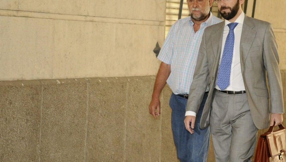 El exsecretario general de la UGT-A, Francisco Fernández, llega junto su abogado a los juzgados de Sevilla