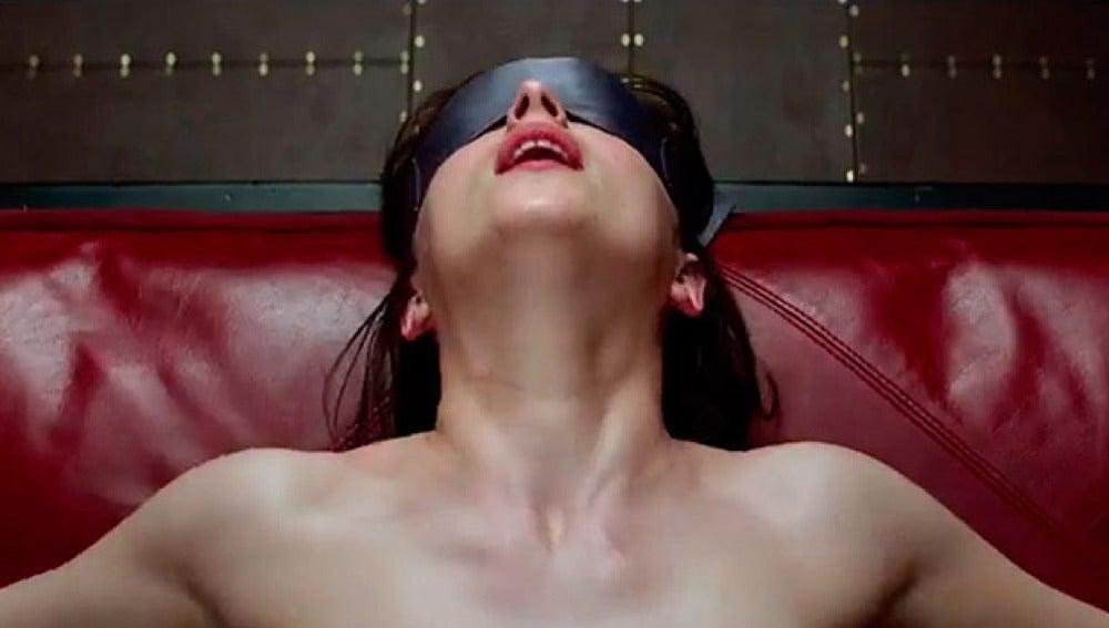 Resultado de imagen para Dakota Johnson atada a la cama