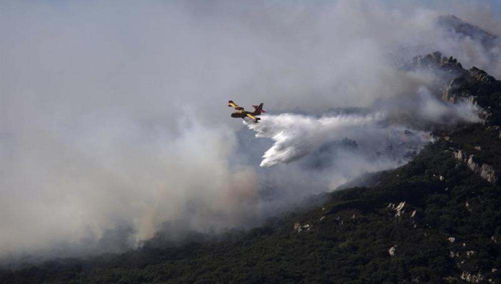 Especialistas intentan apagar el fuego en Algeciras