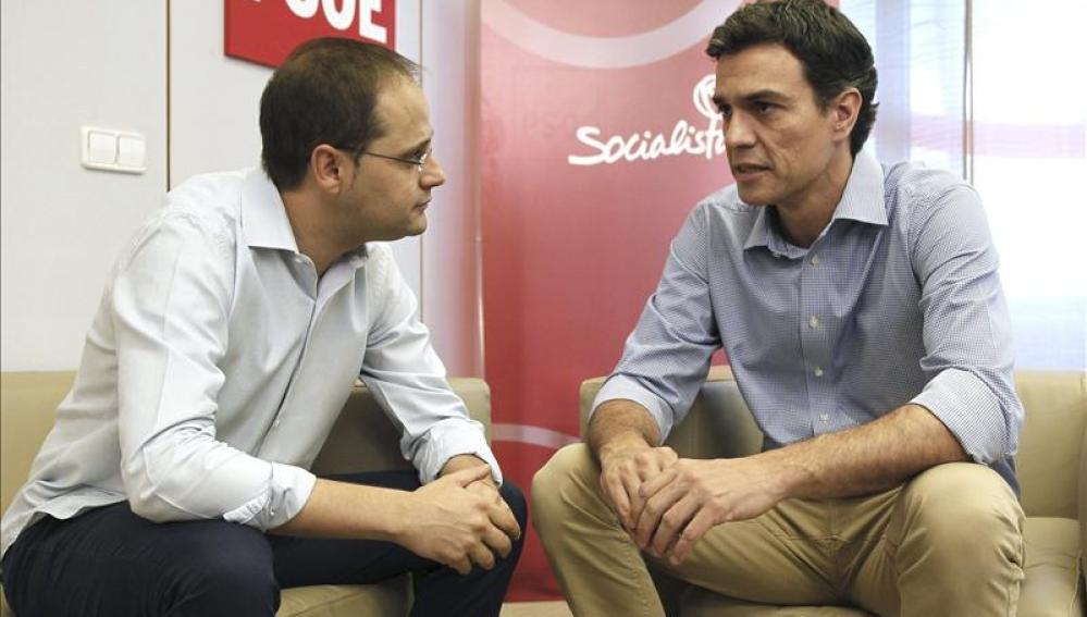 César Luena junto a Pedro Sánchez