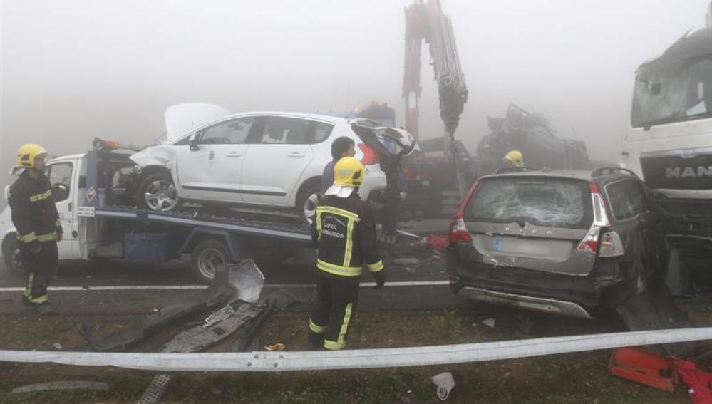 Las grúas retiran de la calzada algunos de los turismos implicados en el accidente