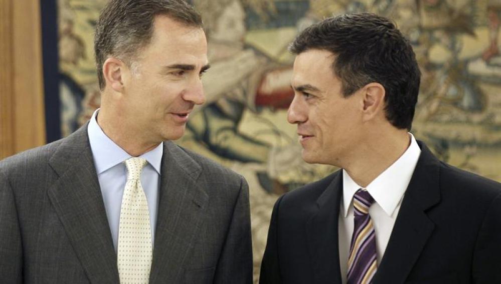 El Rey Felipe VI conversa con el nuevo secretario general del PSOE, Pedro Sánchez