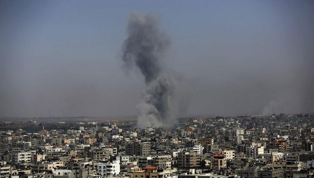 Una columna de humo se alza en la ciudad de Gaza