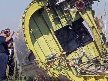 Investigadores australianos y holandeses examinan los restos del vuelo MH17