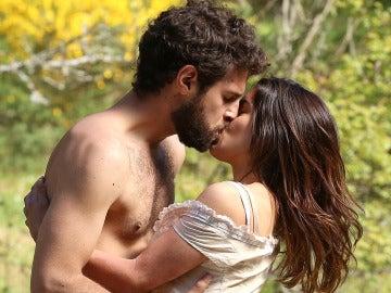 Bosco e Inés se besan apasionadamente