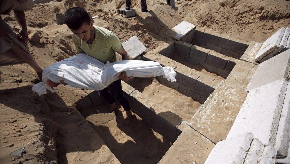 Un palestino entierra a un familiar