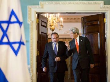 El secretario de estado de EEUU, John Kerry, dialoga con el ministro de exteriores de Israel, Avigdor Lieberman