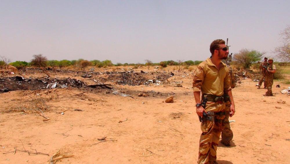 Soldados franceses sobre el lugar donde se estrelló el avión de Swiftair