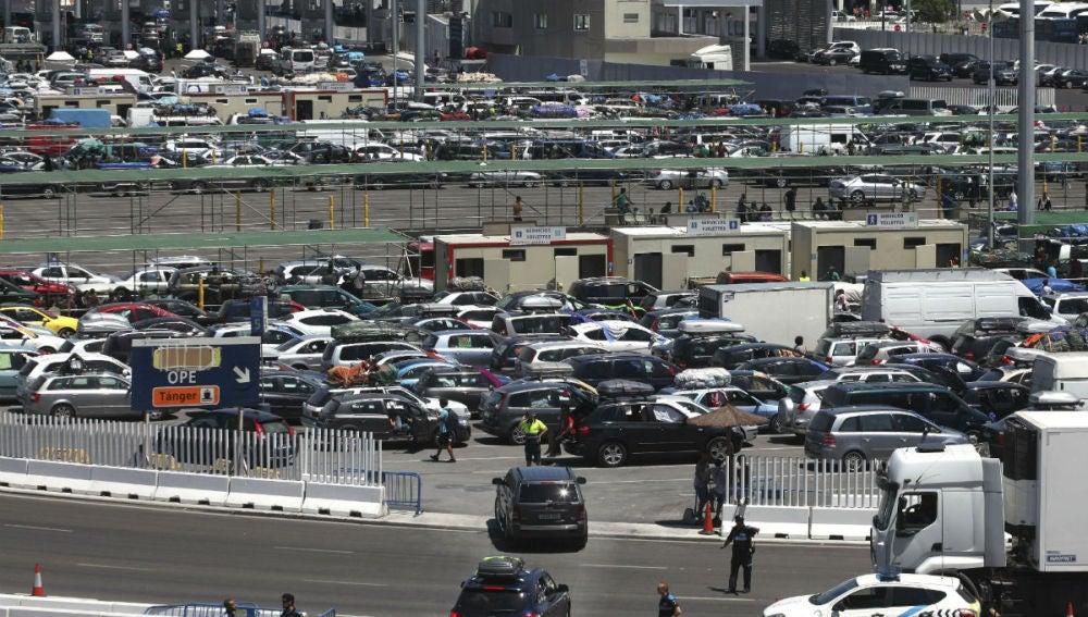 Varios vehículos esperan en Algeciras