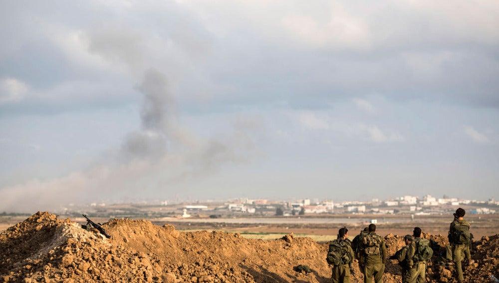 Una columna de humo se levanta sobre la frontera de Gaza