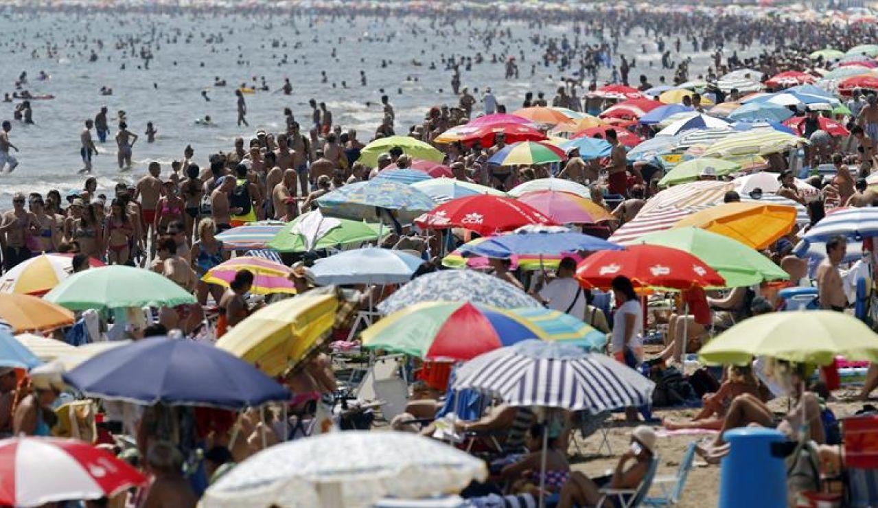 Playa abarrotada en verano