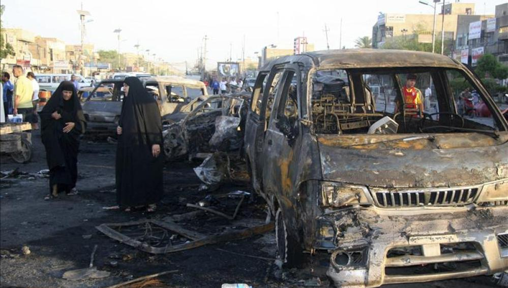 Dos mujeres iraquíes observan los daños causados