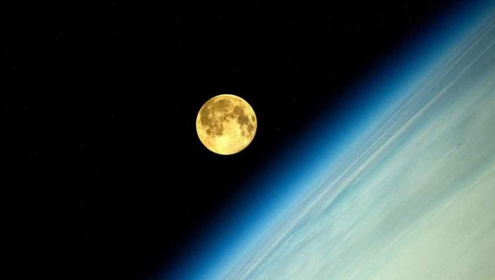 La superluna, captada desde el espacio