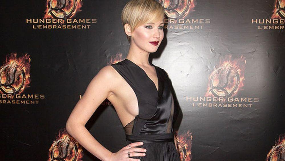 Jennifer Lawrence lució escote lateral en la premiere de su peli