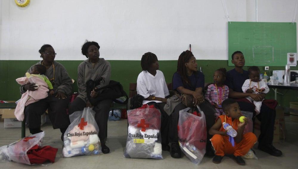Inmigrantes en un polideportivo de Tarifa