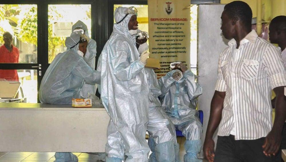 Médicos protegidos contra el ébola en Nigeria