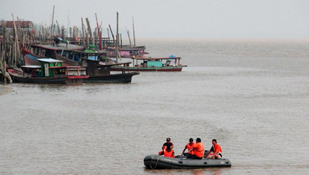 Rescatan a 13 personas en el ferry naufragado en Indonesia