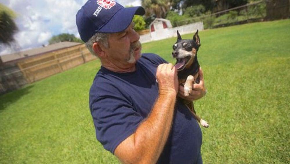 Curtis Young con su perra Sabrina