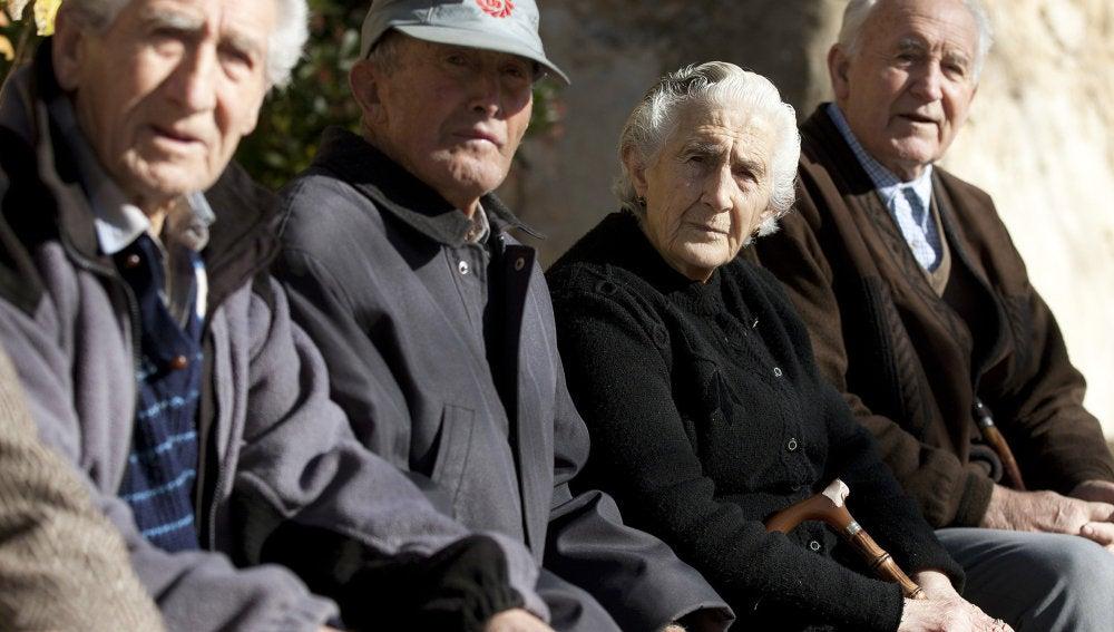 Varios ancianos en un banco