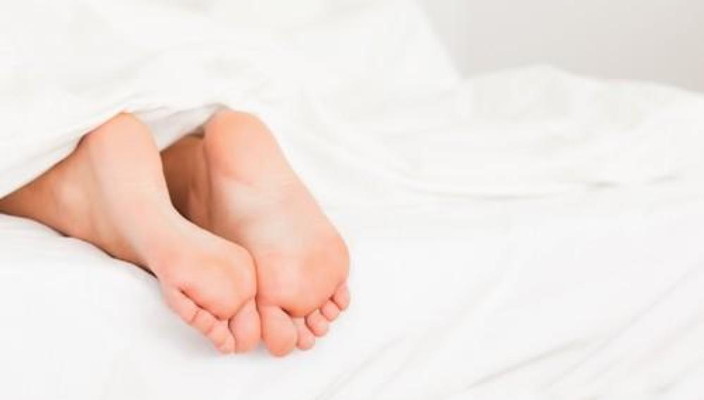 Resultado de imagen para dormir con los pies fuera de la cama
