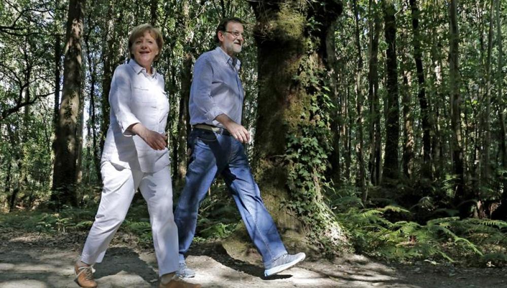 Mariano Rajoy y Angela Merkel recorriendo el Camino de Santiago