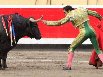"""El diestro Manuel Jesús """"El Cid"""" durante la lidia a su segundo toro"""