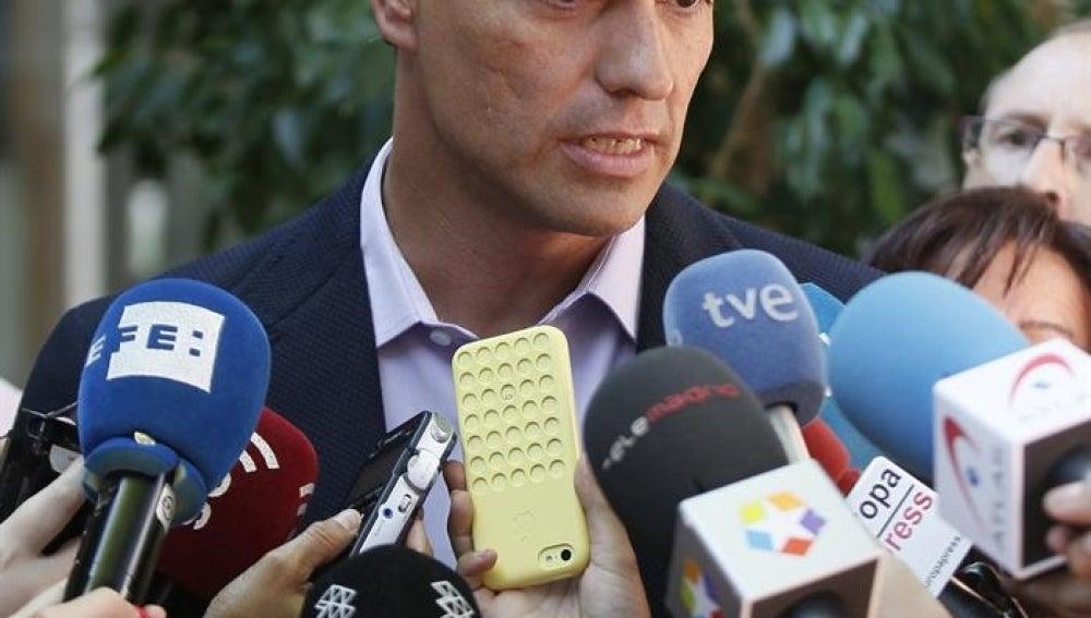 Pedro Sánchez responde a los periodistas.