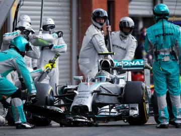 Nico Rosberg pasa por el pit lane