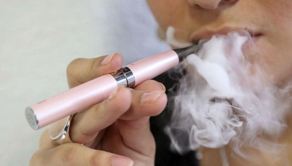 La OMS aconseja la prohibición del uso del cigarrillo electrónico en espacios cerrados