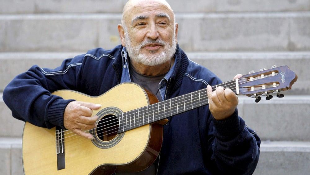 Peret con su guitarra