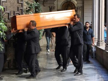 El féretro con los restos mortales de Peret