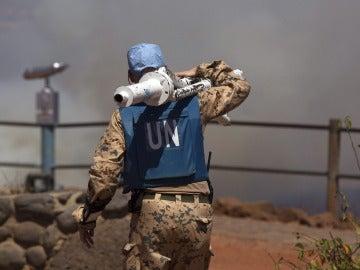 Un casco azul de la ONU traslada equipo