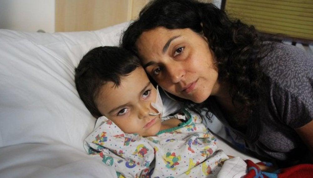 La madre de Ashya King junto a su hijo