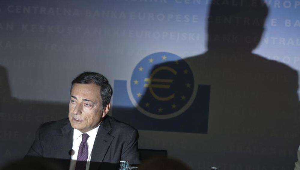 Mario Draghi anuncia la bajada de los tipos