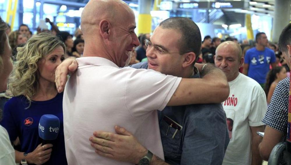 El padre 'Toño' llega a España