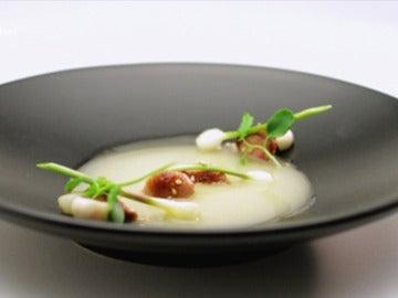 Mollejas glaseadas en salsa de ostras, infusión de cebolletas y setas Enoki