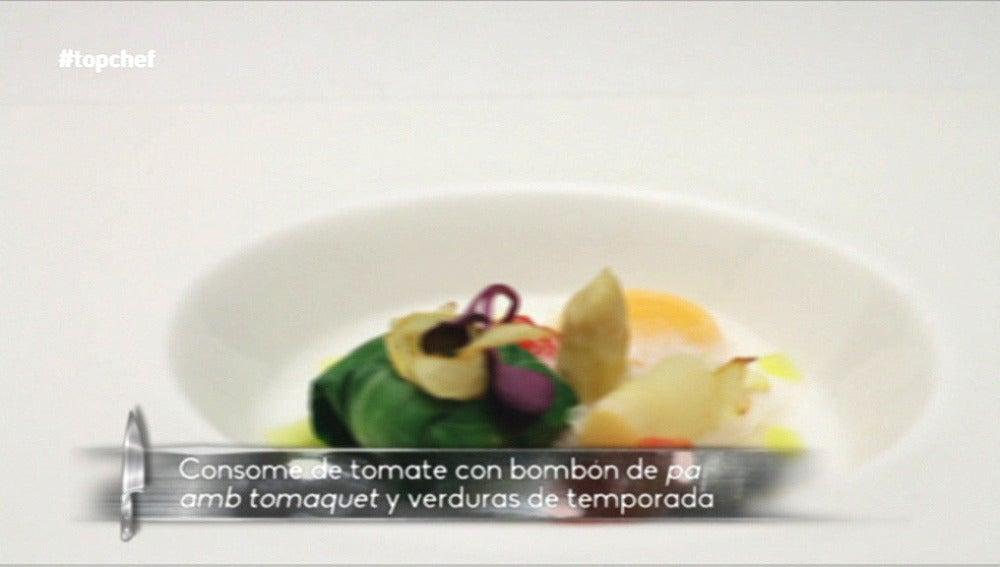 Consomé de tomate con Bombón de pa amb tomáquet