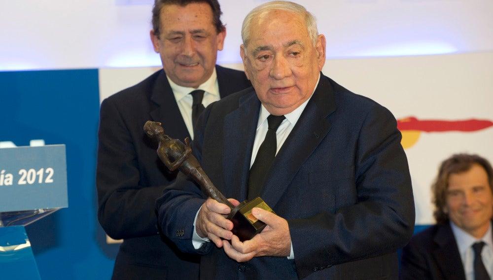 Isidoro Álvarez recogiendo un premio