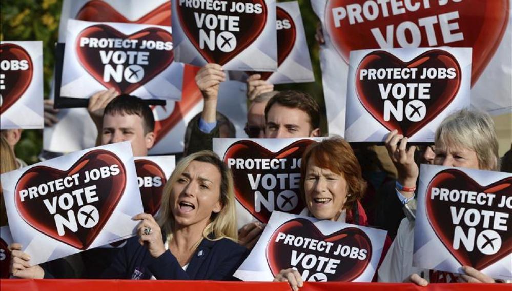 Partidarios del 'No' sujetan carteles con el mensaje 'Proteger vuestros trabajos, vota no'