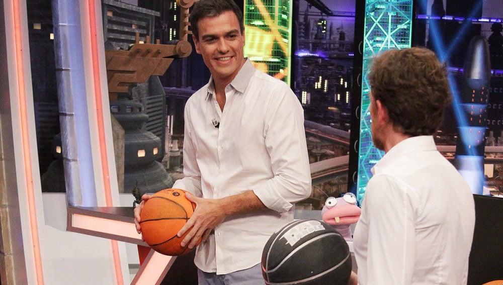 Pedro Sánchez juega a baloncesto con Pablo Motos